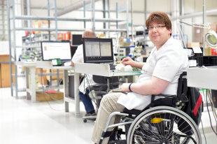 Можно ли получать ежемесячные выплаты по уходу за ребенком-инвалидом, если работаешь?