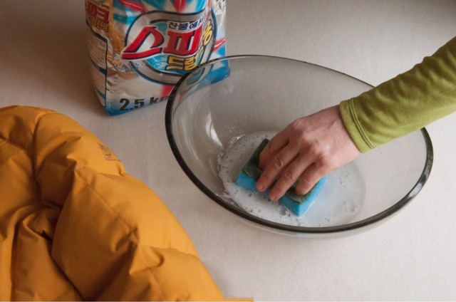 Чем вывести жирное пятно на куртке в домашних условиях: не стирая