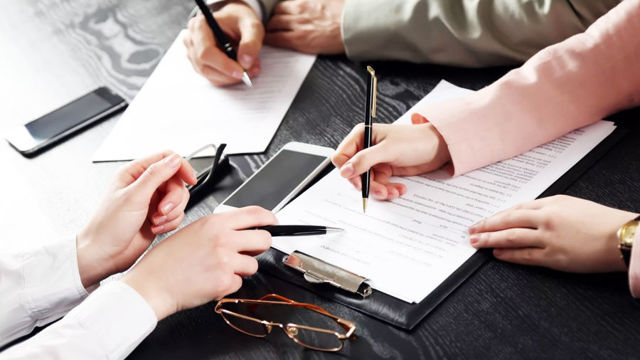 Какие риски существуют у компании в случае, если со стороны контрагента договор был подписан неуполномоченным лицом (контрагент является клиентом компании)? Что делать в данной ситуации?