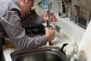 Что делать если прорвало стояк или трубу в квартире: кто виноват, куда обращаться
